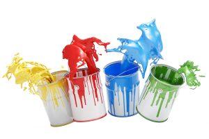 Vier Eimer Farbe nebeneinander mit bunten Spritzern vor einem weißen Hintergrund